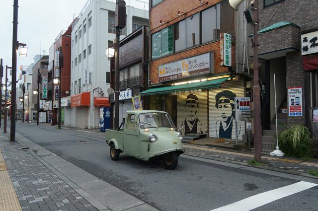 高幡不動の参道を行くミゼット