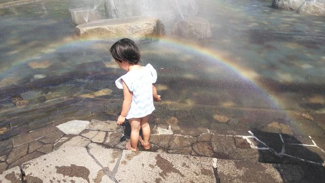 じゃぶじゃぶ池の霧で虹