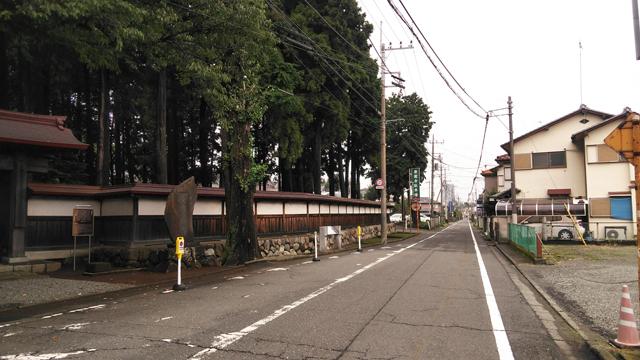 廣園寺、遠くに八王子駅のビル見えます