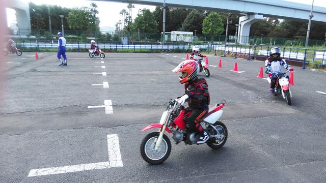 バイクで走る子供達 昔の多摩テックみたい