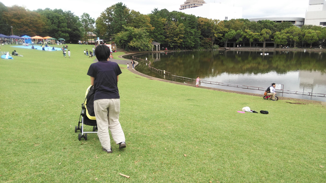 池のほとりで遊ぶ