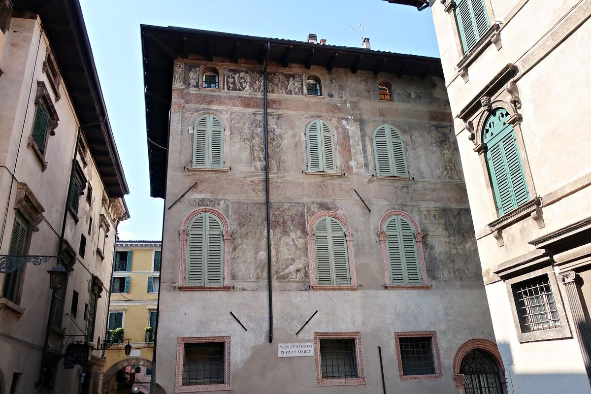 IMG_1092(Verona_apart_with_paintings).jpg