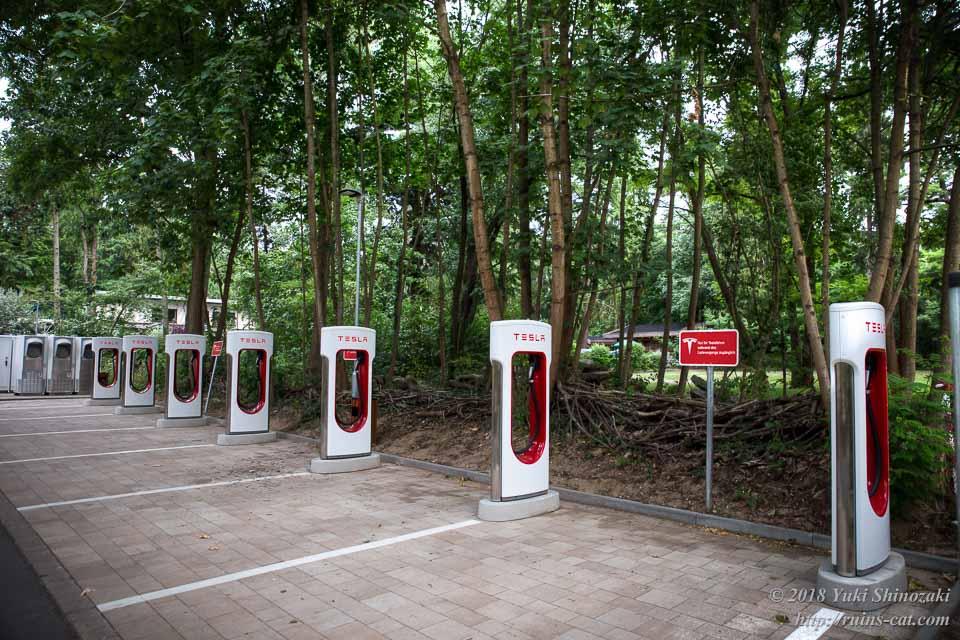 電気自動車充電スタンドがズラリと並ぶ