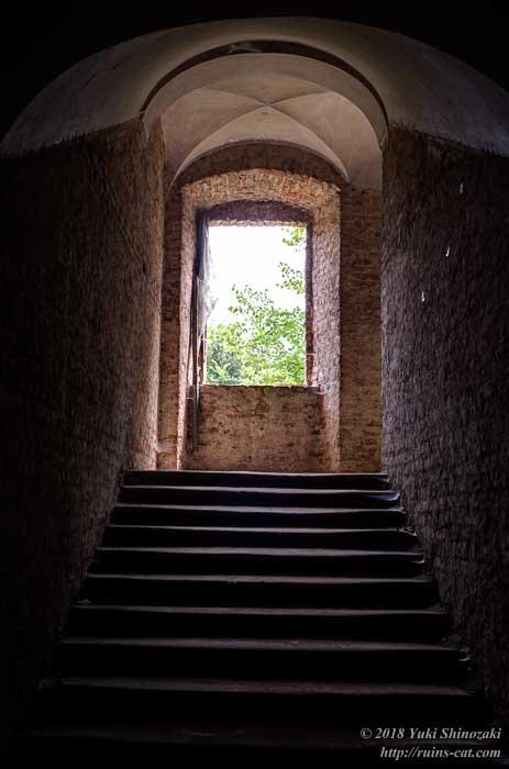 2階へ続く階段。ここにも交差ヴォールト構造が見える。