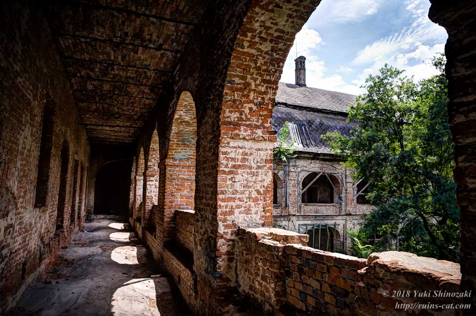 レンガ造りの回廊から中庭を望む