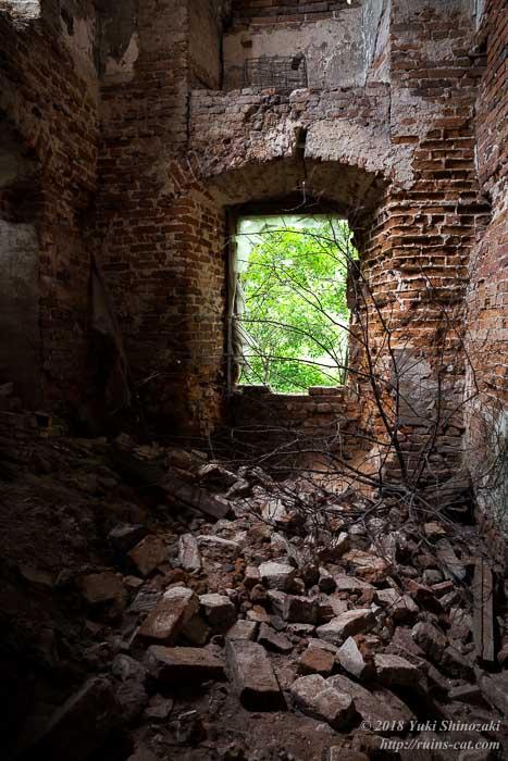 崩壊したレンガの建物