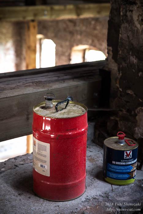 放置された木材用の含浸処理剤の缶が2つ