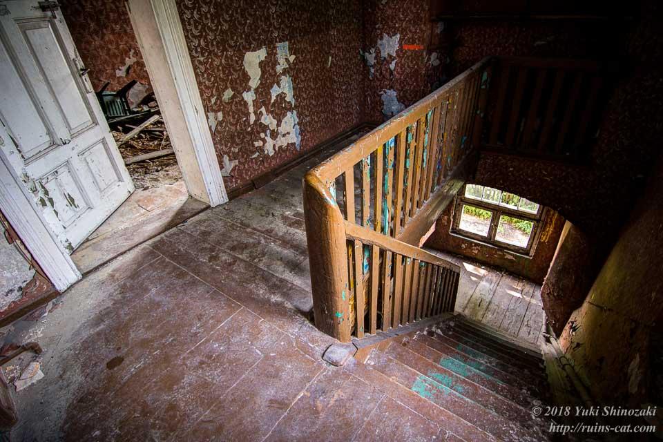 1階へと続く階段