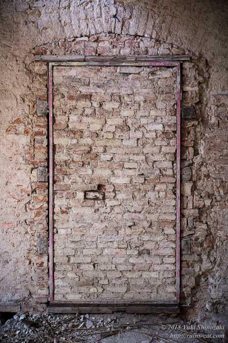 埋められたドア