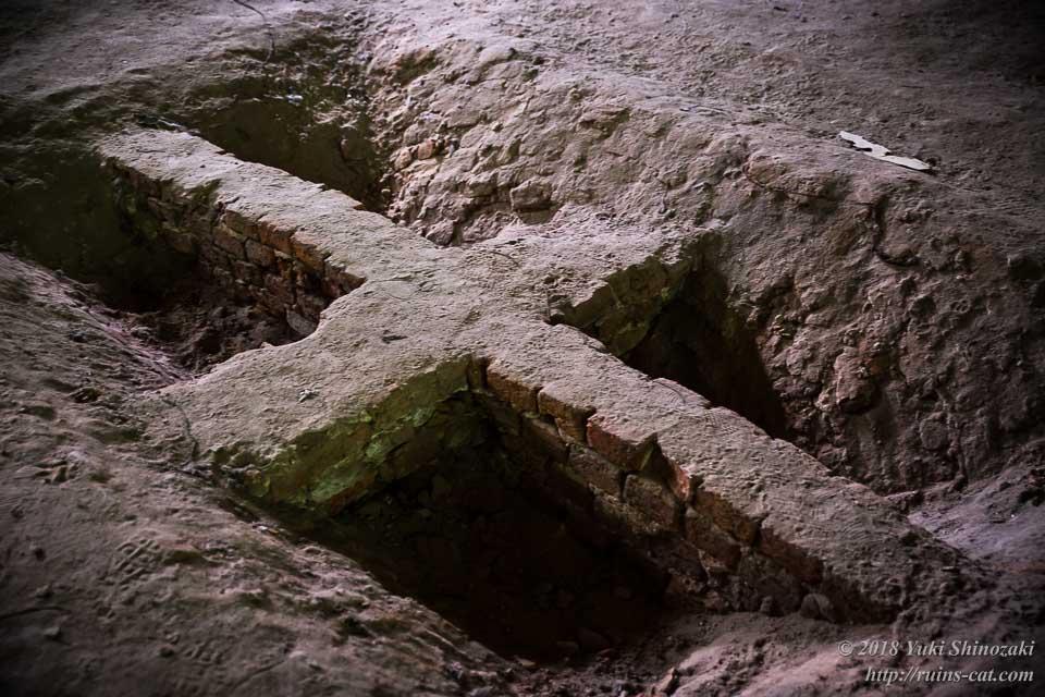 発掘された十字状の構造物