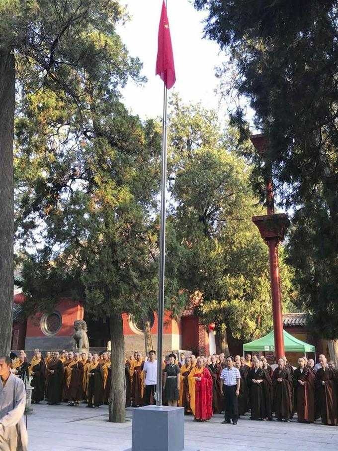 sty1808280022-f1_中国河南省の少林寺で行われた国旗掲揚式=27日(共同)