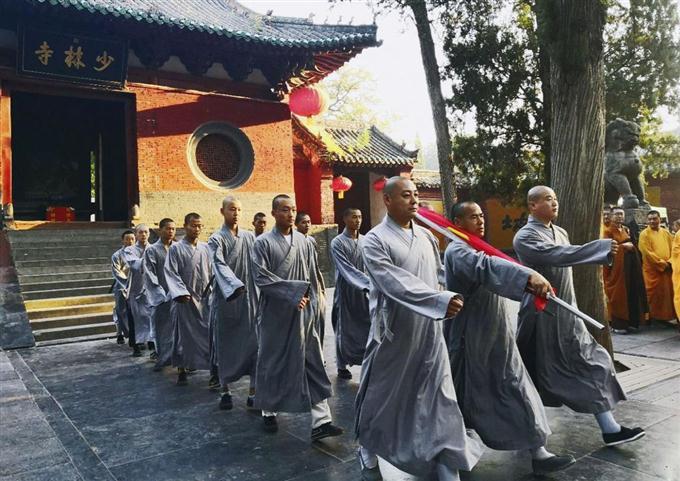 sty1808280022-f2_中国河南省の少林寺で行われた国旗掲揚式=27日(共同)
