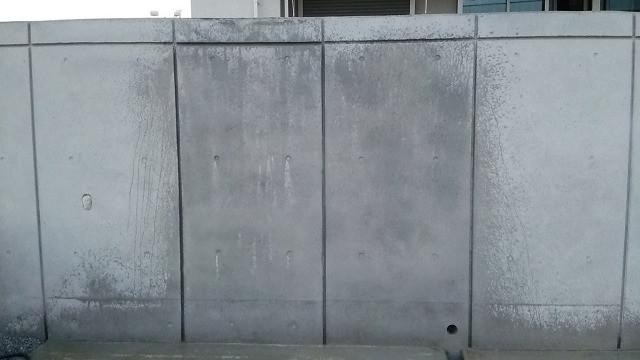 補修したコンクリートの自然な濡れ色
