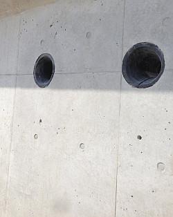 コンクリート擁壁の穴加工跡をきれいに埋める補修美装