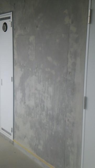 コンクリートの気泡やアラを埋めて補修色合わせ