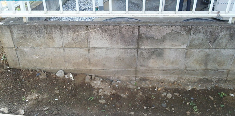 経年劣化したブロック塀の白いこすりキズを修理