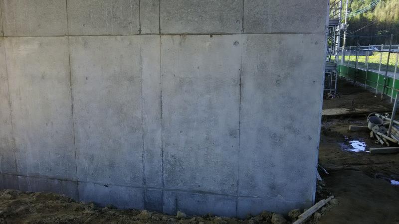 コンクリ打ち継ぎの色むらボカシ部分塗装