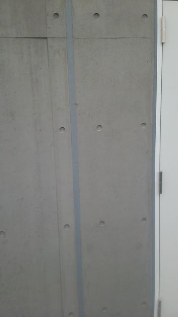 新築コンクリート打ち放しの補修跡色合わせ