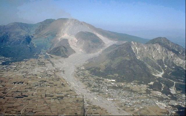 雲仙岳と眉山(右) Wikipediaより