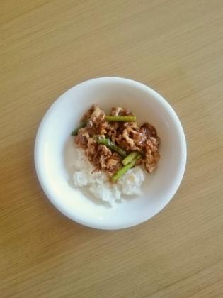 豚こまニンニクの芽炒め丼