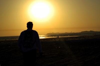 夕日を眺める男性