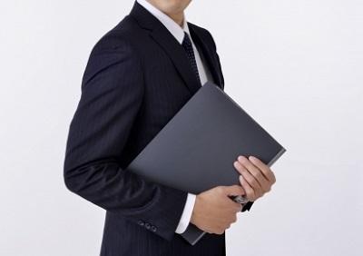 黒いスーツの査定員