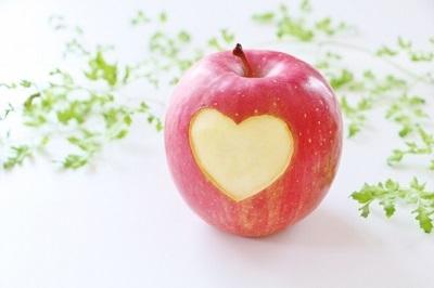 リンゴにハートの切れ込み