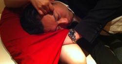 スカートの中に手を突っ込む吉田つねひこ衆議院議員の恥ずかしい写真