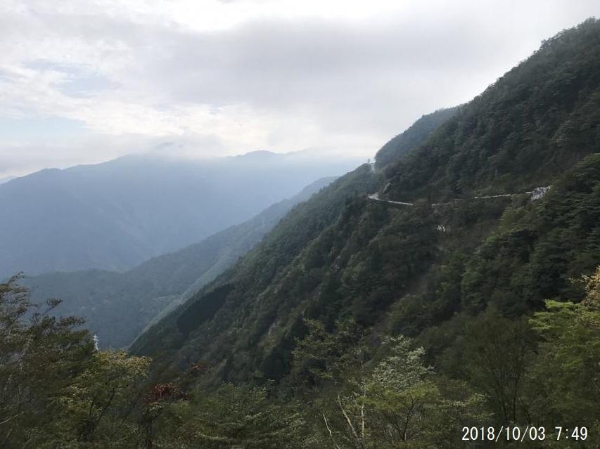 急峻な山地を登ります
