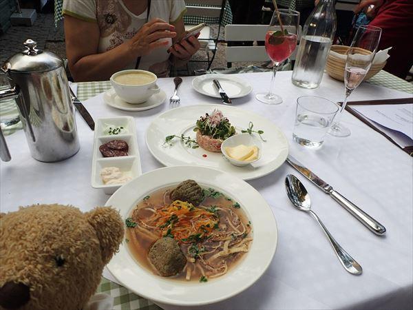 サーモンの前菜とビーフスープ