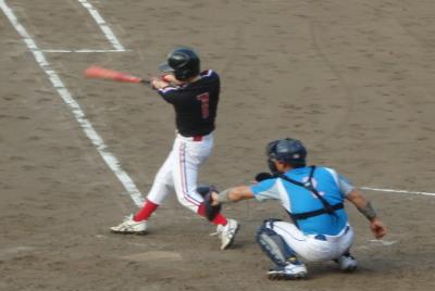P8102811上村内科3回裏2死一、三塁から2番が右越え二塁打を放ち1点追加