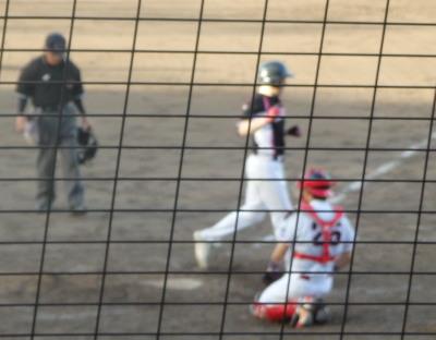 P8233322南国殖産3回裏先頭バッターが右越え本塁打を放ち3対2とする