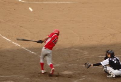 P8303618 トウヤ最終回無死二塁から6番が右翼線二塁打を放ち1点先制
