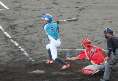 P9013811 FAIR3回表2死二塁から2番が一塁手のグラブをはじく右前打を放ち1点先制。