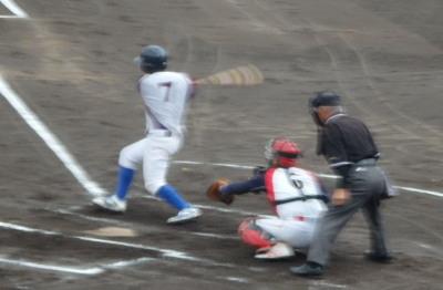 P9073919 居酒屋りんどう 2回表2死二塁から一塁ゴロをカバーに入った投手へトス、これが落球となり、二走が生還、1点先制