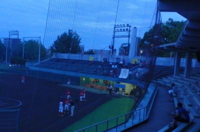P91240405時57分撮影 暗い為一塁側ベンチの明かりが目立つ