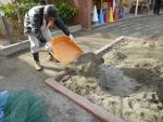 砂を砂場に戻す