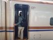 新幹線に乗り込むバア