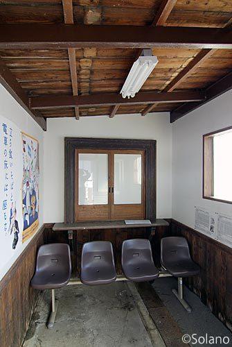 JR備中神代駅待合室、旧駅舎の部材を流用した切符売場?