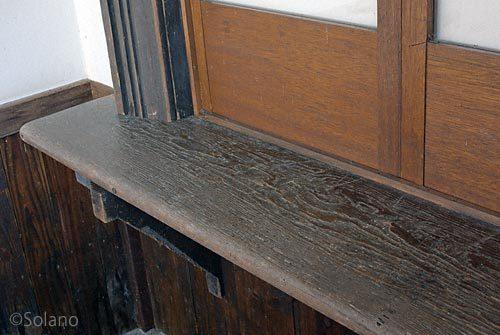 JR備中神代駅切符売場、木目浮き出る古いカウンター