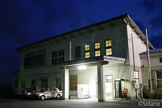 奥羽本線・神町駅、戦後占領下、進駐軍が使った駅舎が残る。