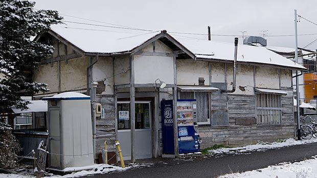 松本電鉄(アルピコ交通)、建替えが迫る森口駅の木造駅舎