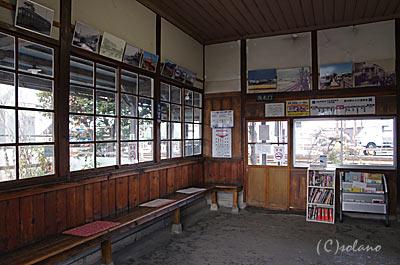 新村駅、木造駅舎の待合室