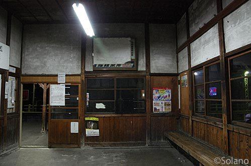 信濃川田駅の木造駅舎、待合室