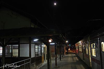月に見送られ信濃川田駅を後に…