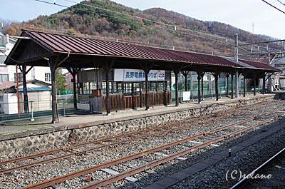長野電鉄・屋代線、古色蒼然とした木造の上屋があるホーム