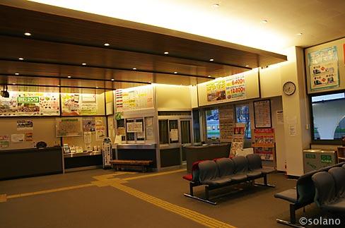 JR石北本線・上川駅、ムードある照明が灯る待合室