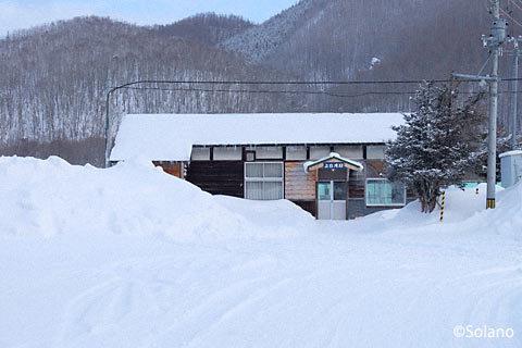 JR北海道・石北本線、雪に閉ざされたような上白滝駅の木造駅舎