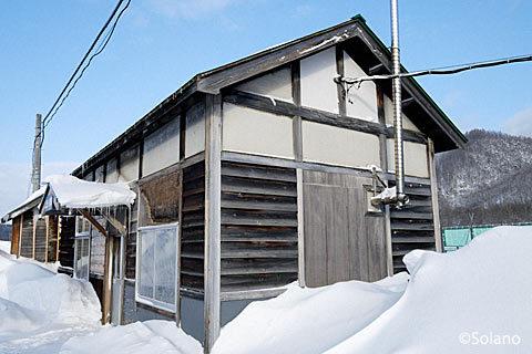 斜めから見た上白滝駅の木造駅舎も味があるもの…