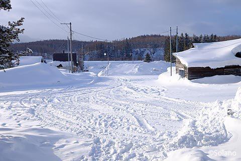 冬の石北本線、上白滝駅前の眺め